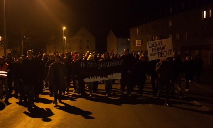 Gespentische Szenen in Schneeberg: Die NPD mobilisierte gegen Flüchtlinge, Hunderte Menschen folgten dem Aufruf. (Foto: Marcus Fischer)